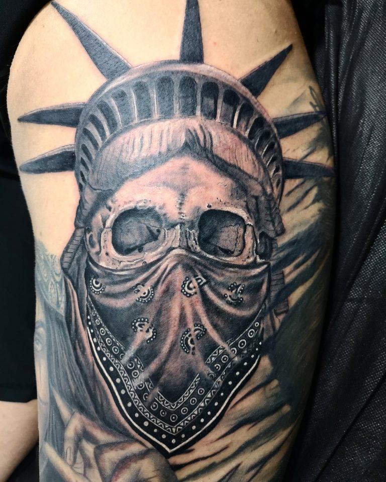 Fotografía de un tatuaje realista de la estatua de la Libertad