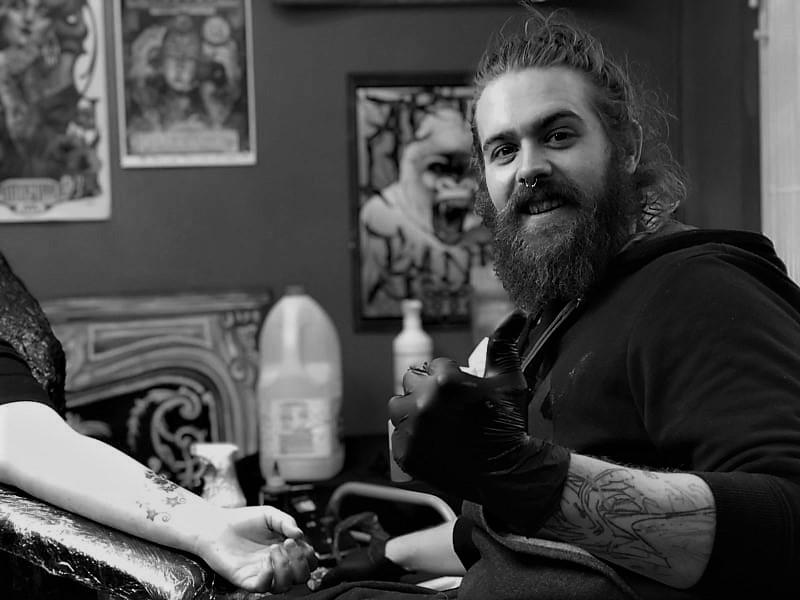 Tatuador Héctor Campos tatuando.