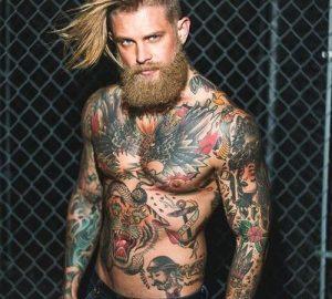 Chico con el torso desnudo y tatuado.