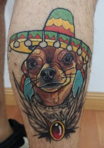 Tatuaje neo-tradicional de un chihuahua