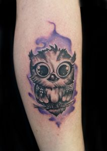 Tatuaje estilo acuarela de un búho