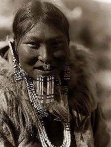 Inuit posando con un piercing en la nariz