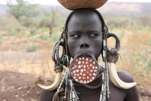Miembro de la tribu Mursi con un disco en el labio.