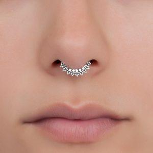 foto de una nariz con un piercing que se llama septum